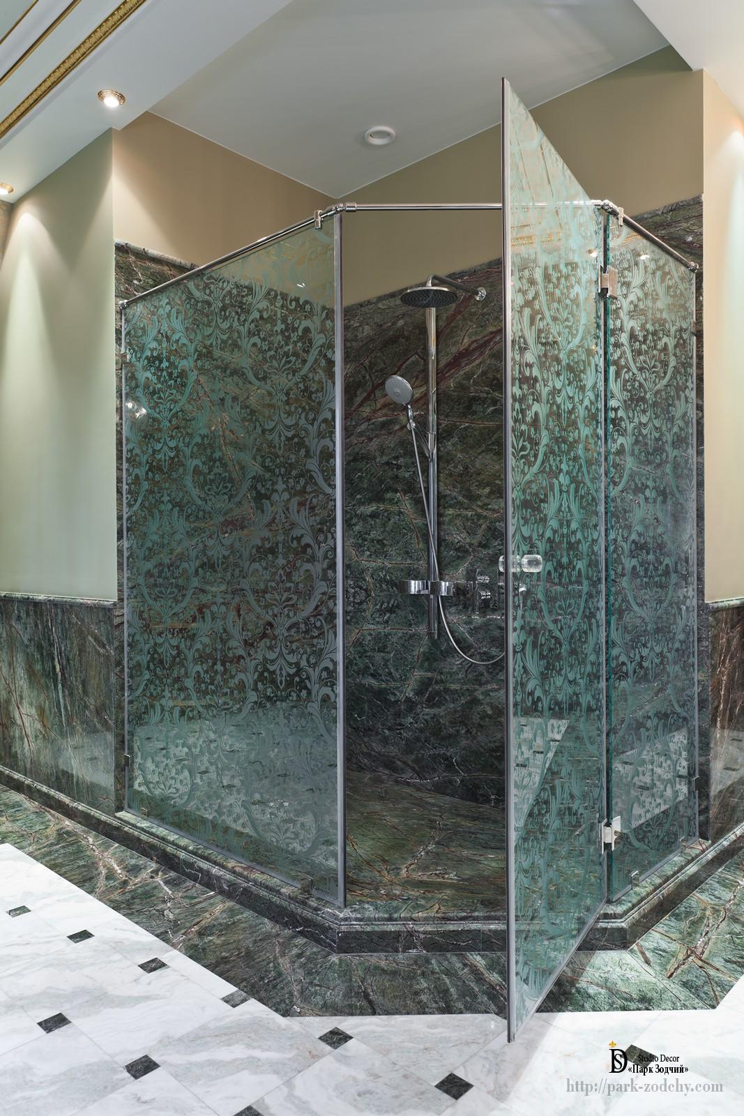 Душевая кабинка в большой ванной комнате