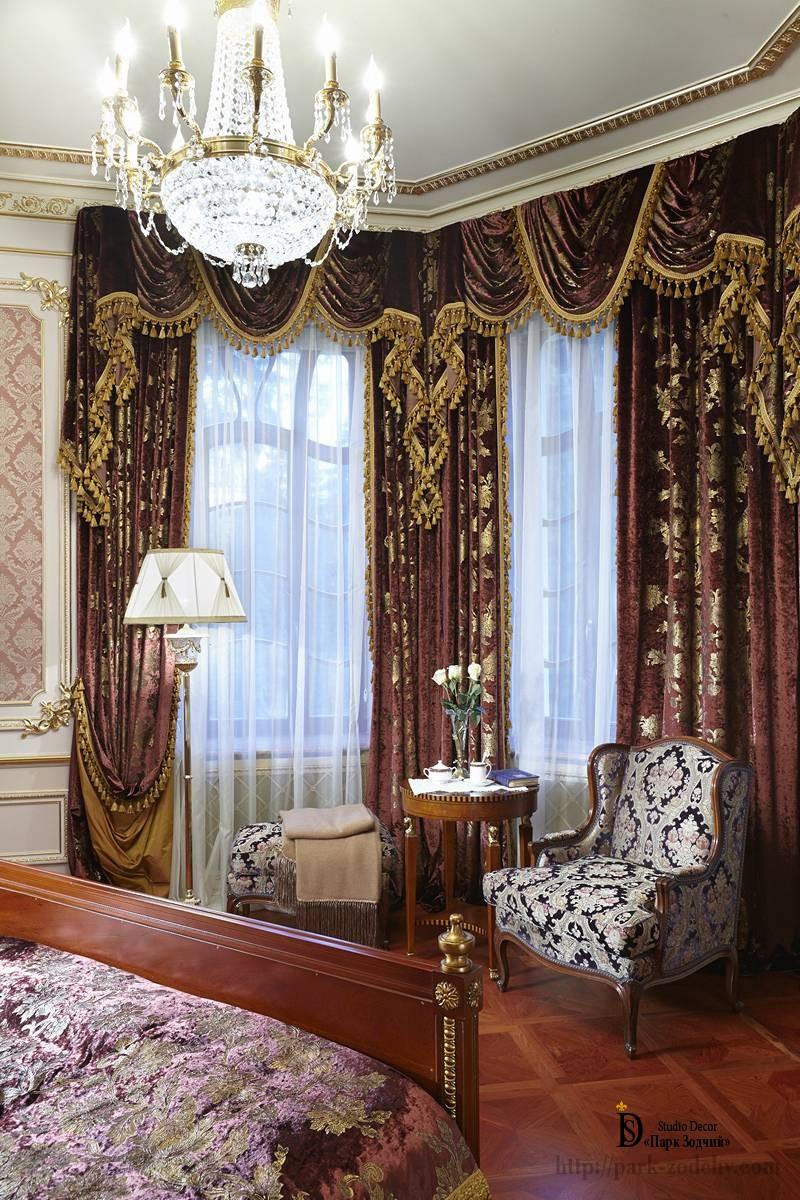 Великолепные портьеры в спальне неоклассического стиля