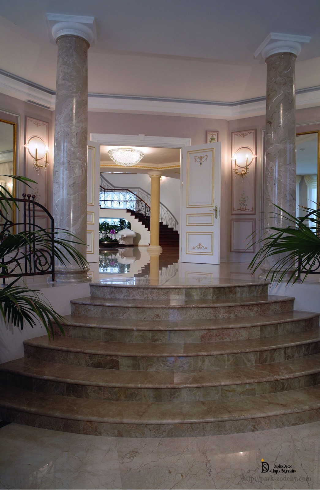 Холл с росписью и скульптурой