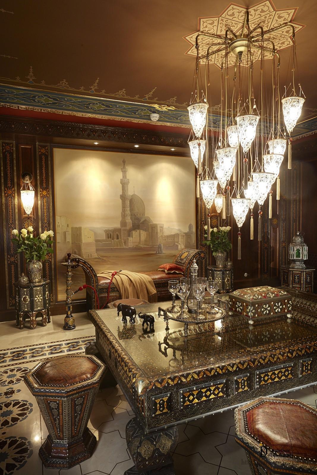 Роспись выполнена в светло-бежевой гамме и замечательно контрастирует с темными стенами и потолком
