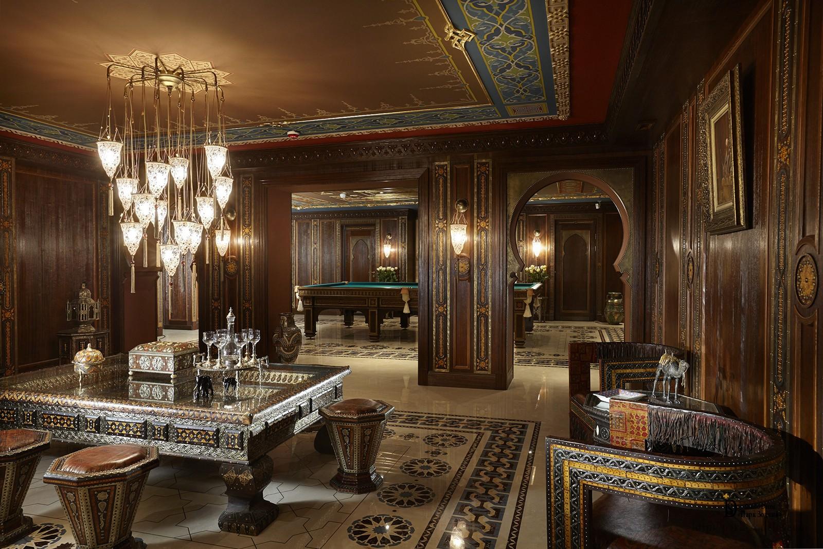 Светильники и оформление потолка гостиной в марокканском стиле