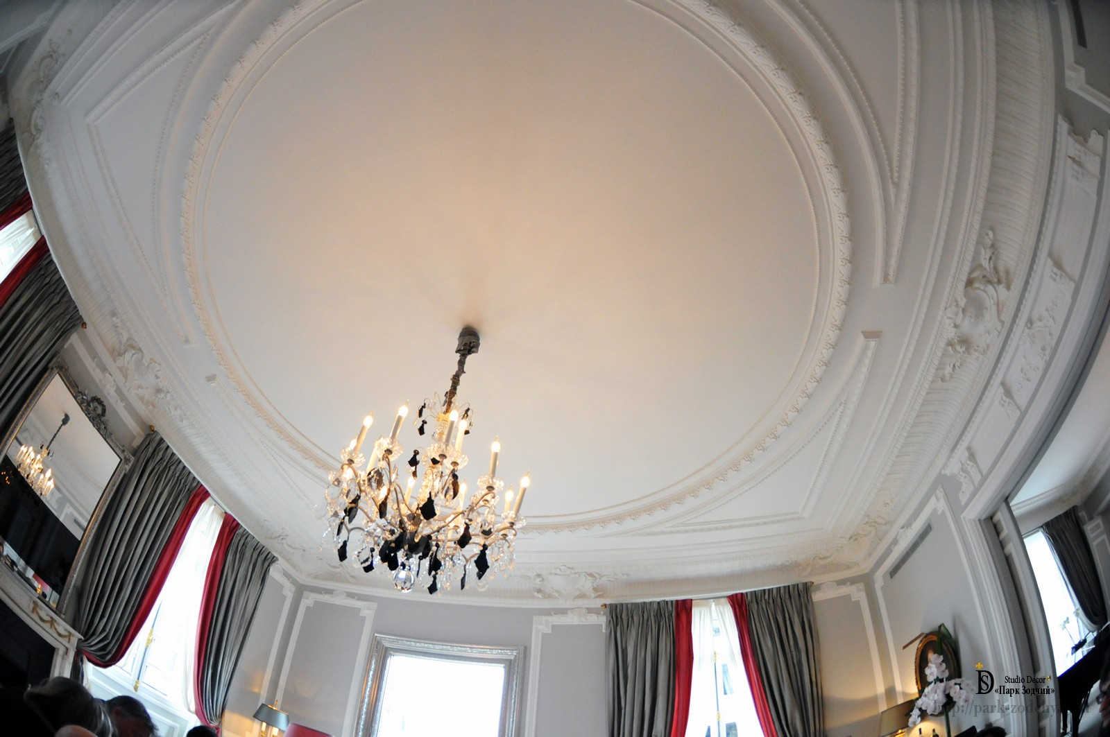 Stucco ceiling emphasized the nobility of the interior