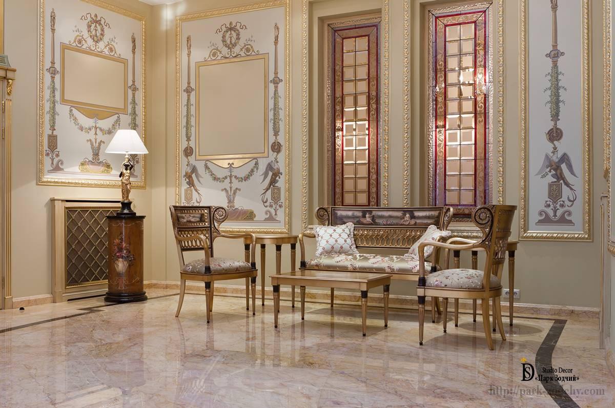 Легкий классический интерьер с росписью зеркал