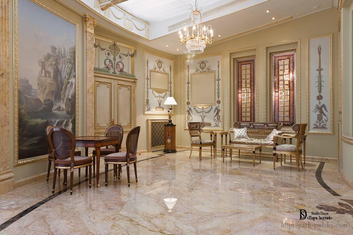 Светлая классическая гостиная с монументальной живописью