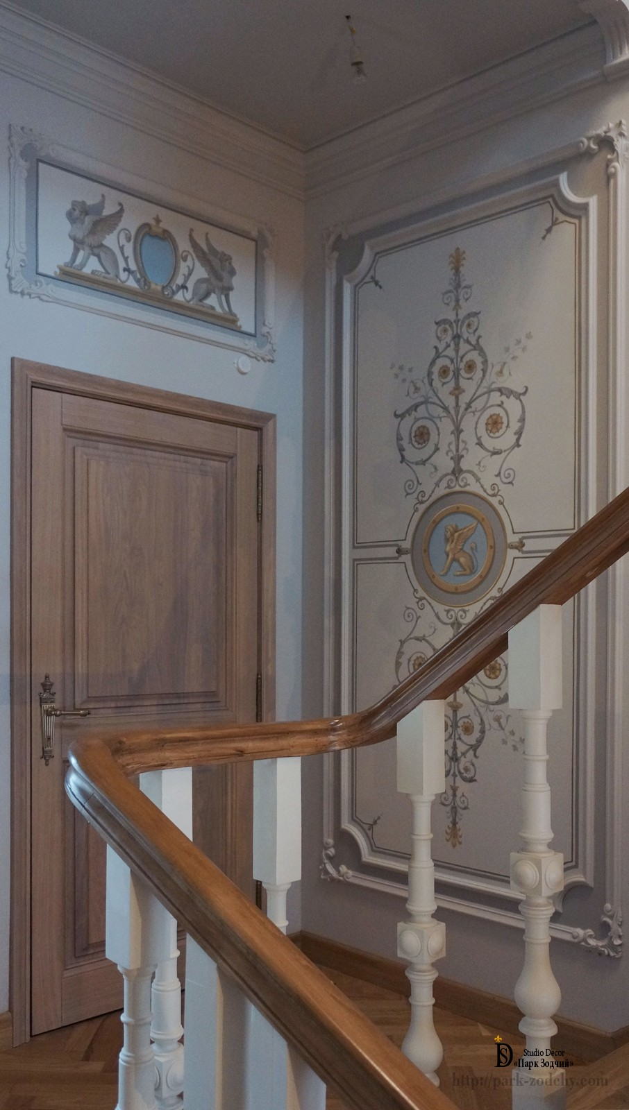 The main staircase is decorated with alfrey painting