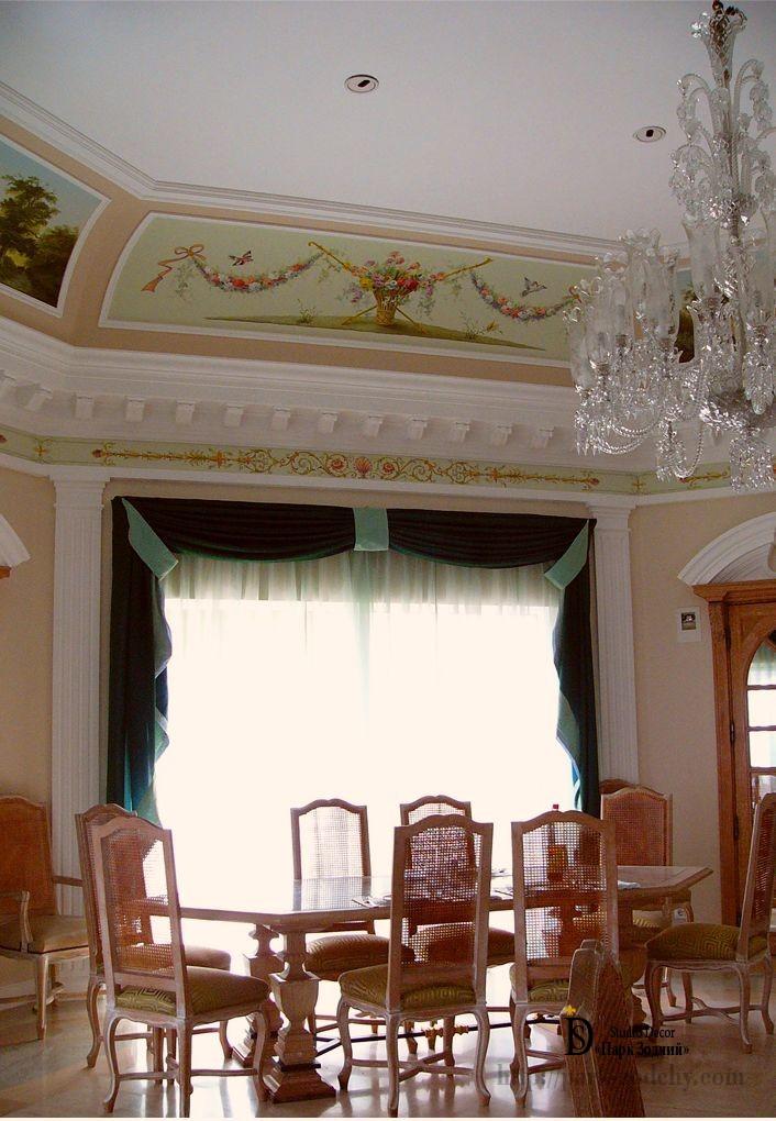 Светлая столовая декорированная в средиземноморском стиле