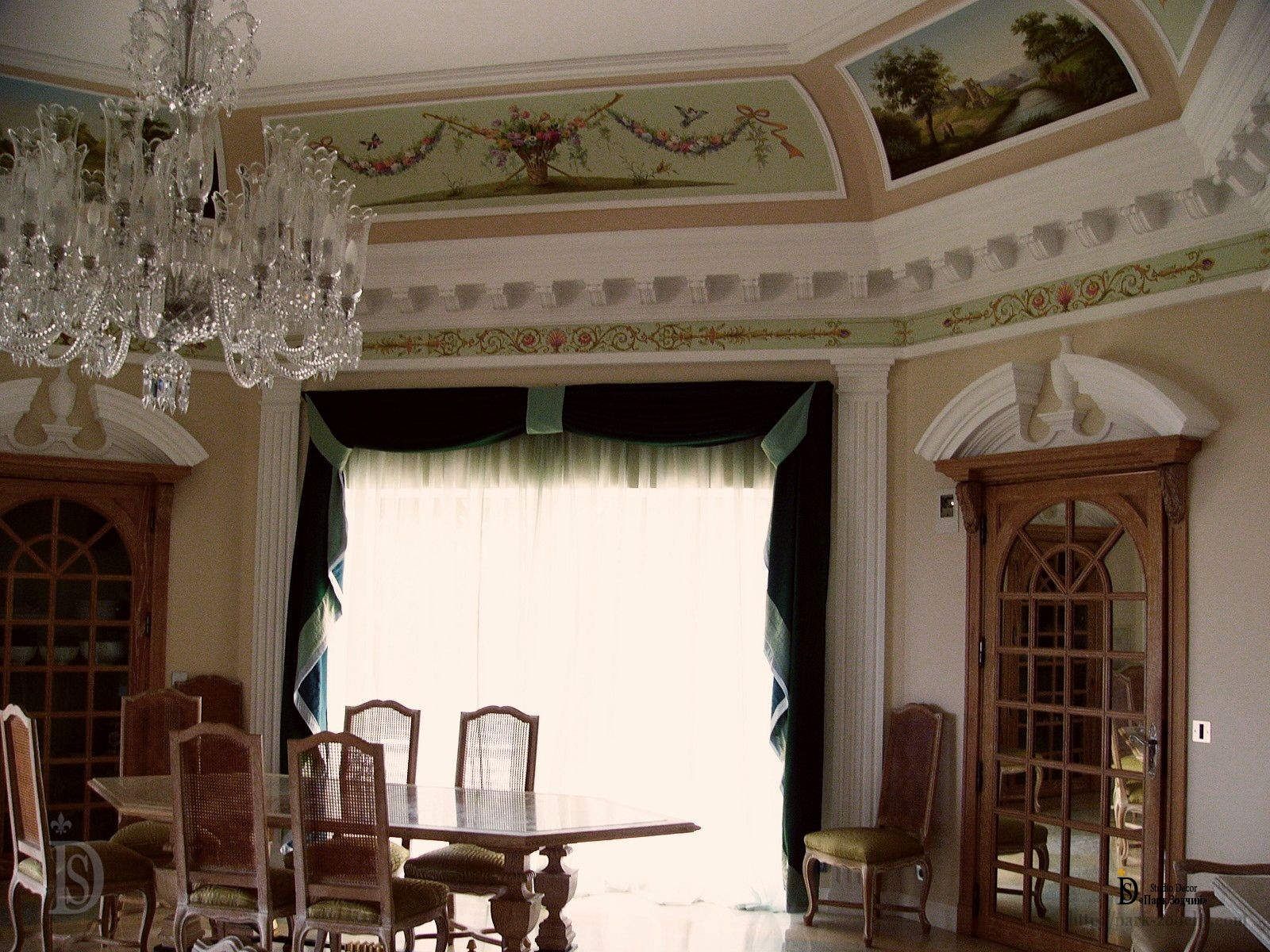 Dining room with paintings and exclusive stucco