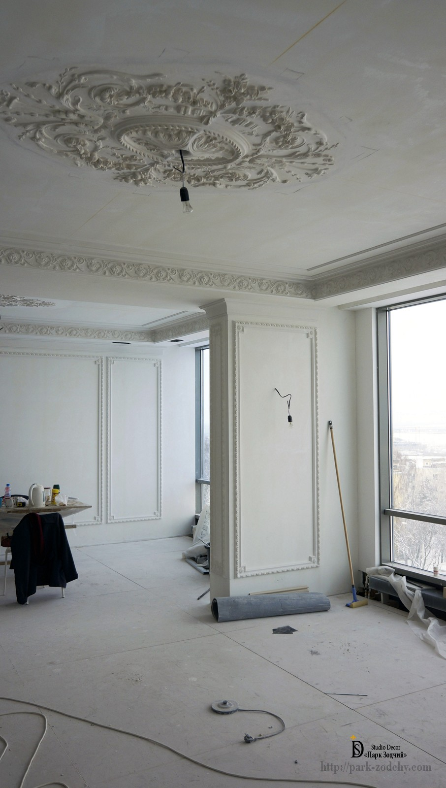 the interior decor of plaster moldings