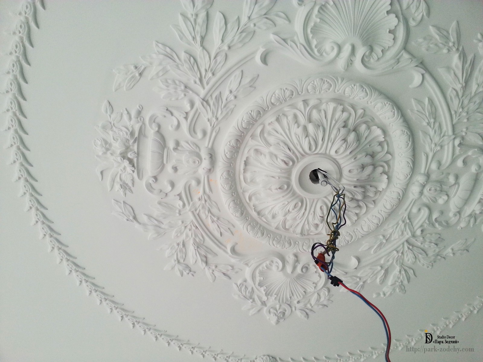 the stucco decoration of the ceiling of the invoice outlet
