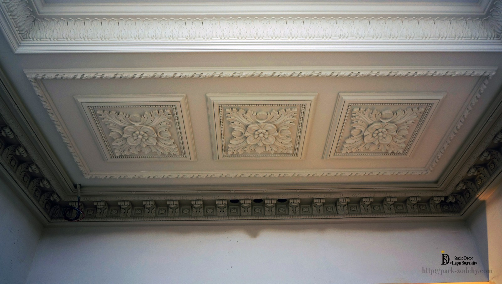 the decor of plaster moldings on the ceiling