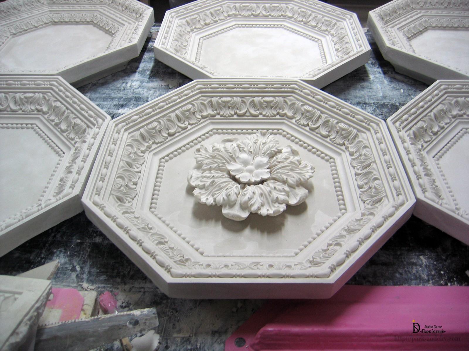 изготовление кессонного потолка из лепнины