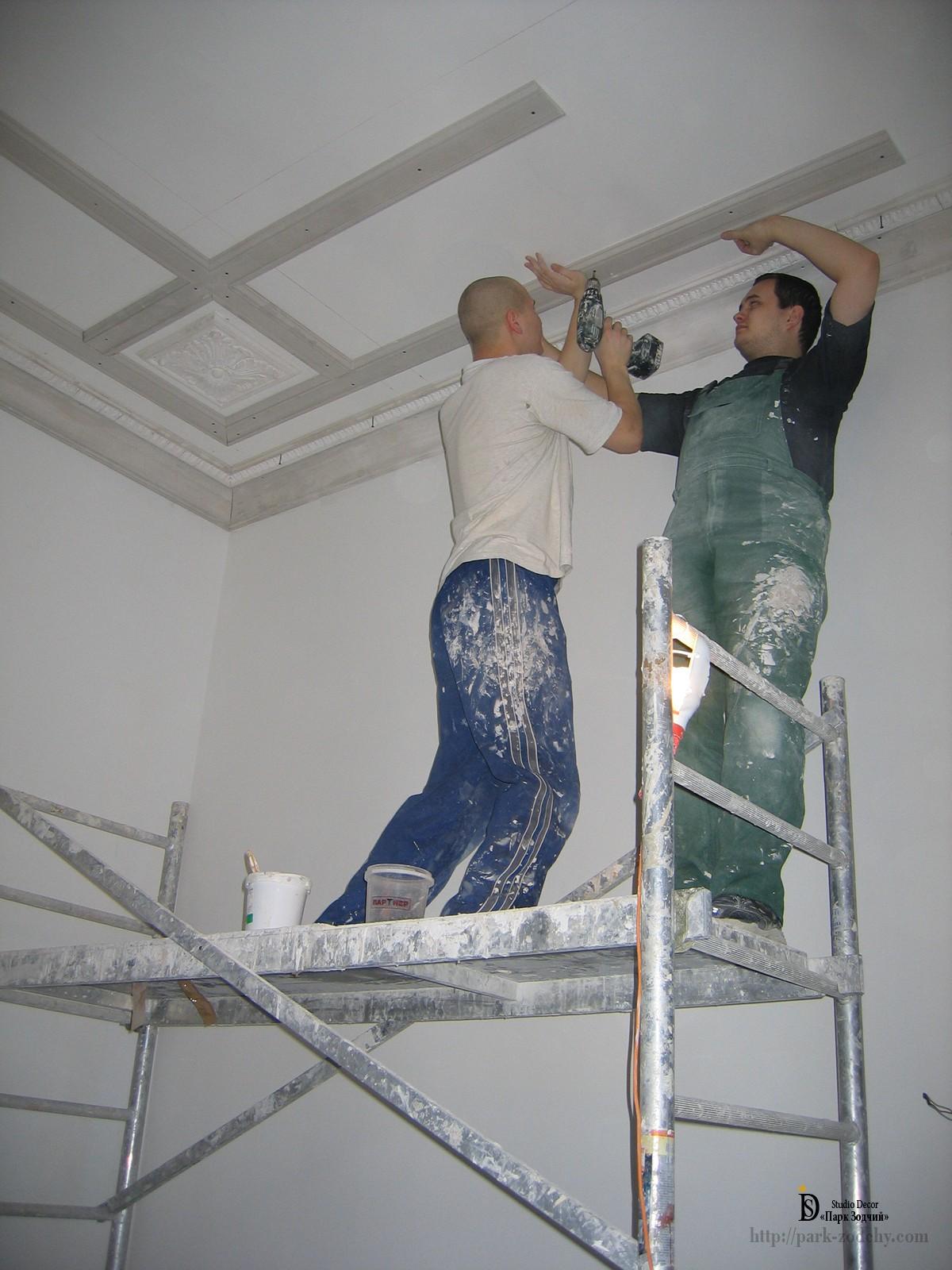 монтаж гипсовой лепнины на потолке
