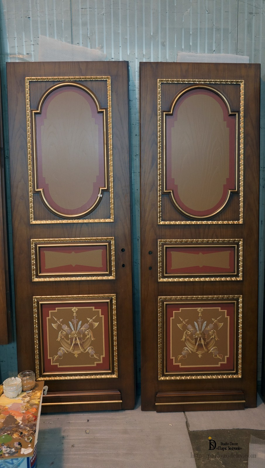 Wooden door leaves with gilding and painting
