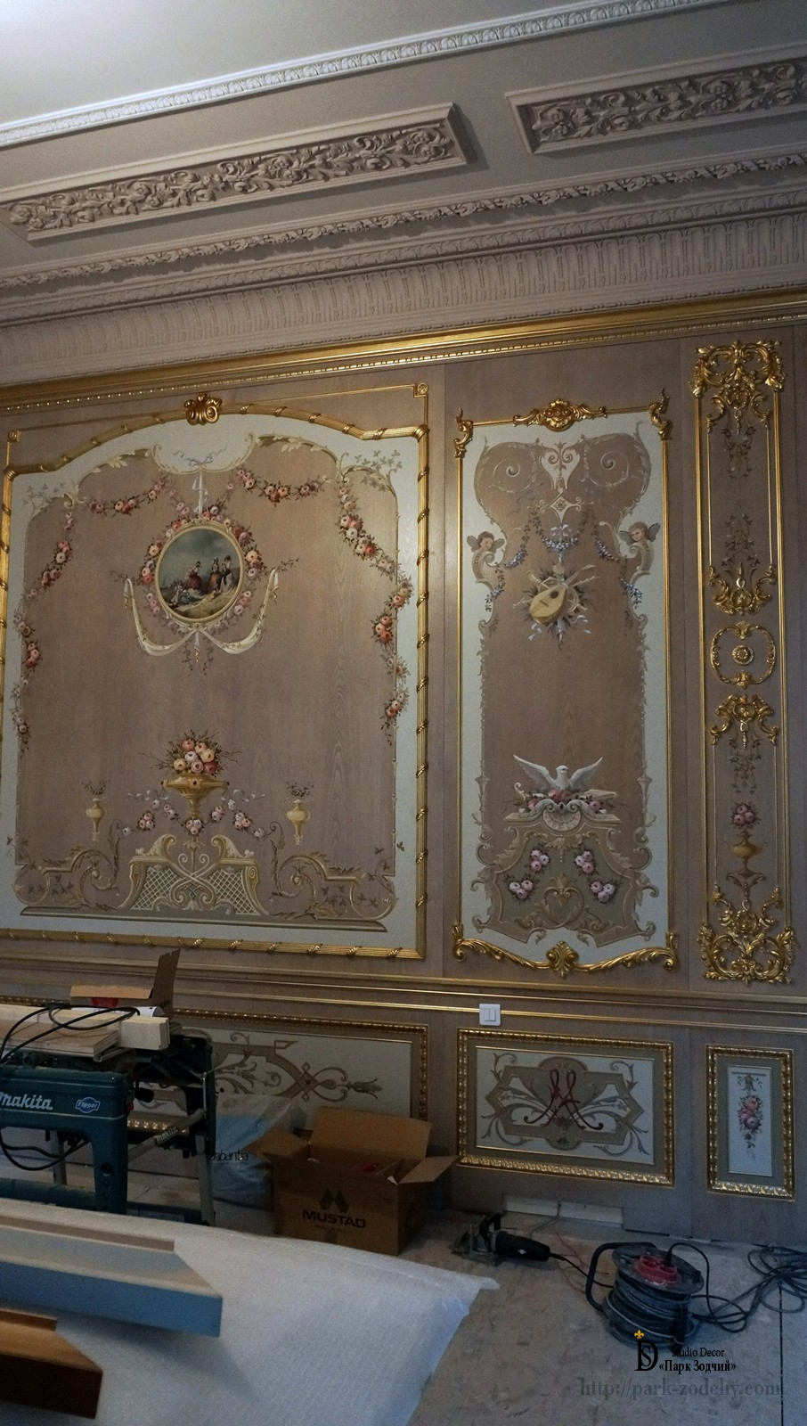 Build boiserie with elements of gilding