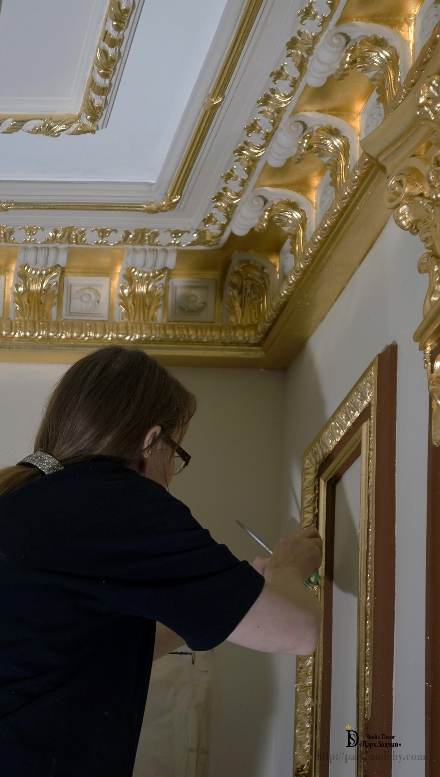 Gilding the gilding of the stucco mirror