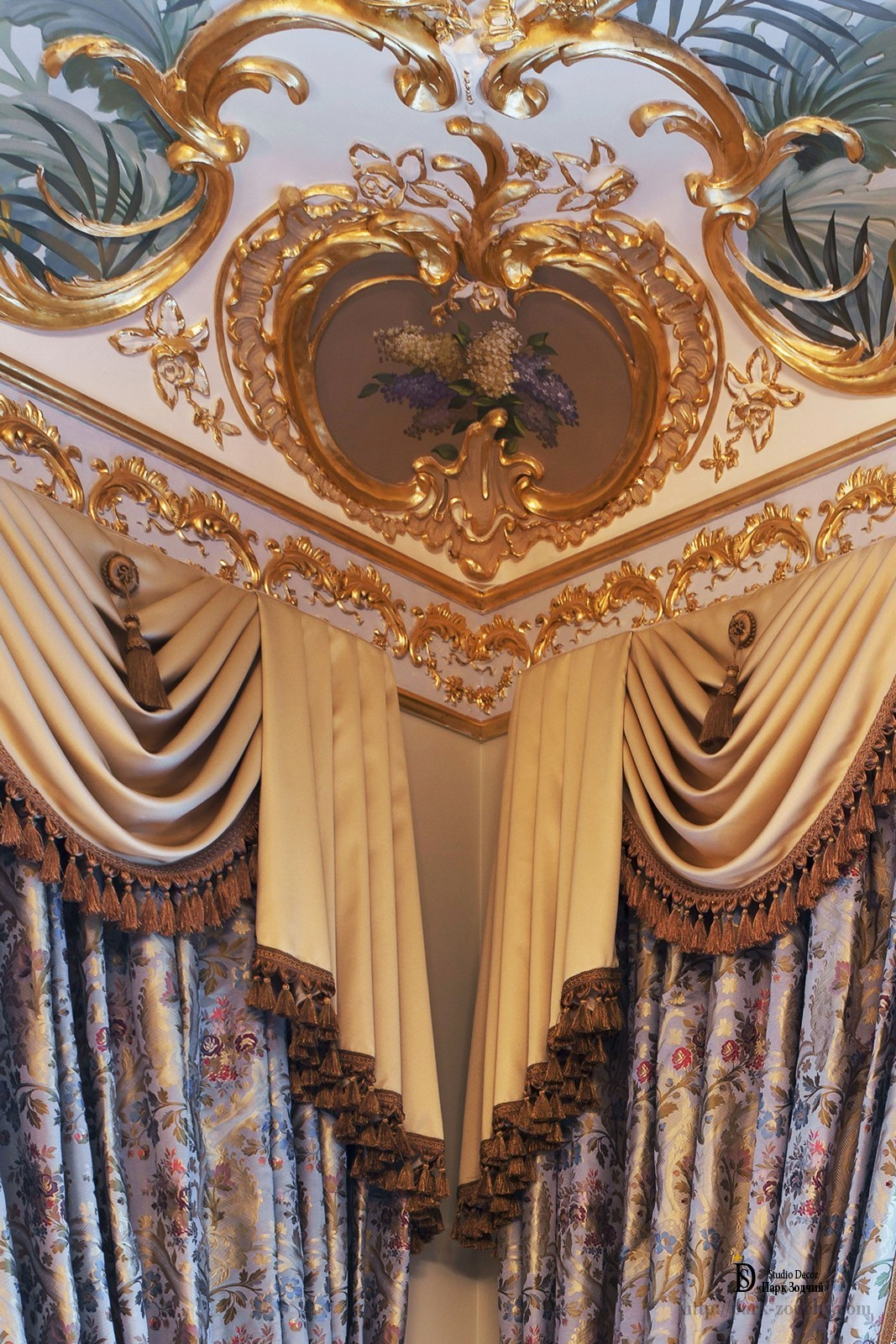 The combination of gilding and painting of the interior