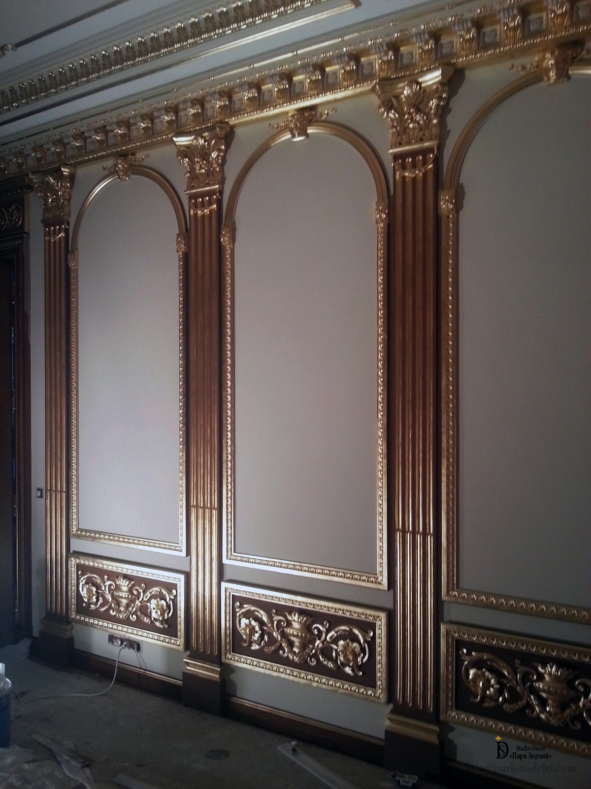 The gilding of the capitals and pilasters of plaster moldings