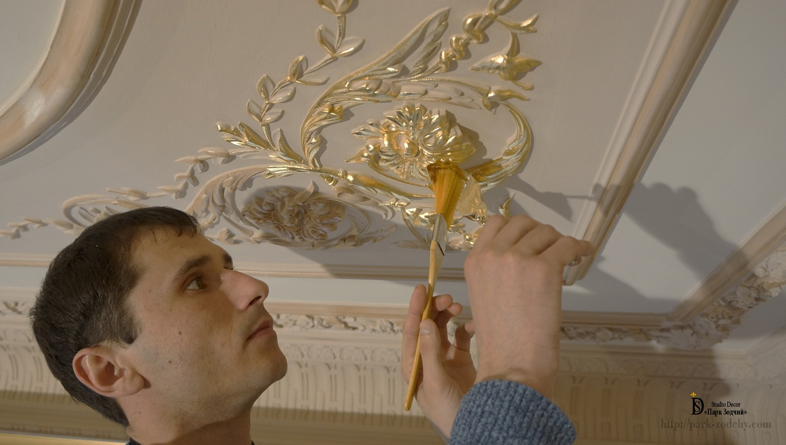 The technique of gilding plaster moldings
