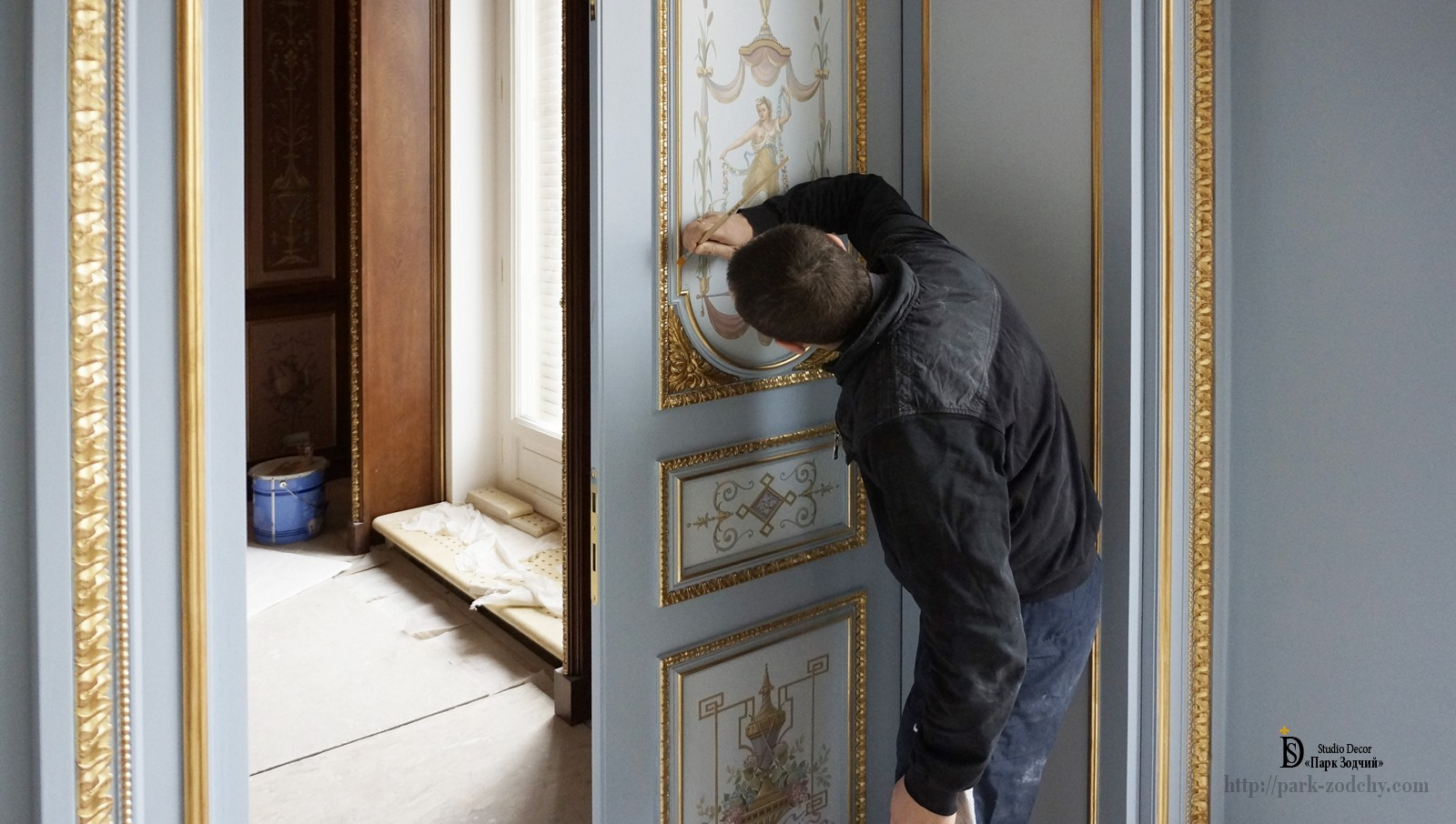Lapping gilt doors