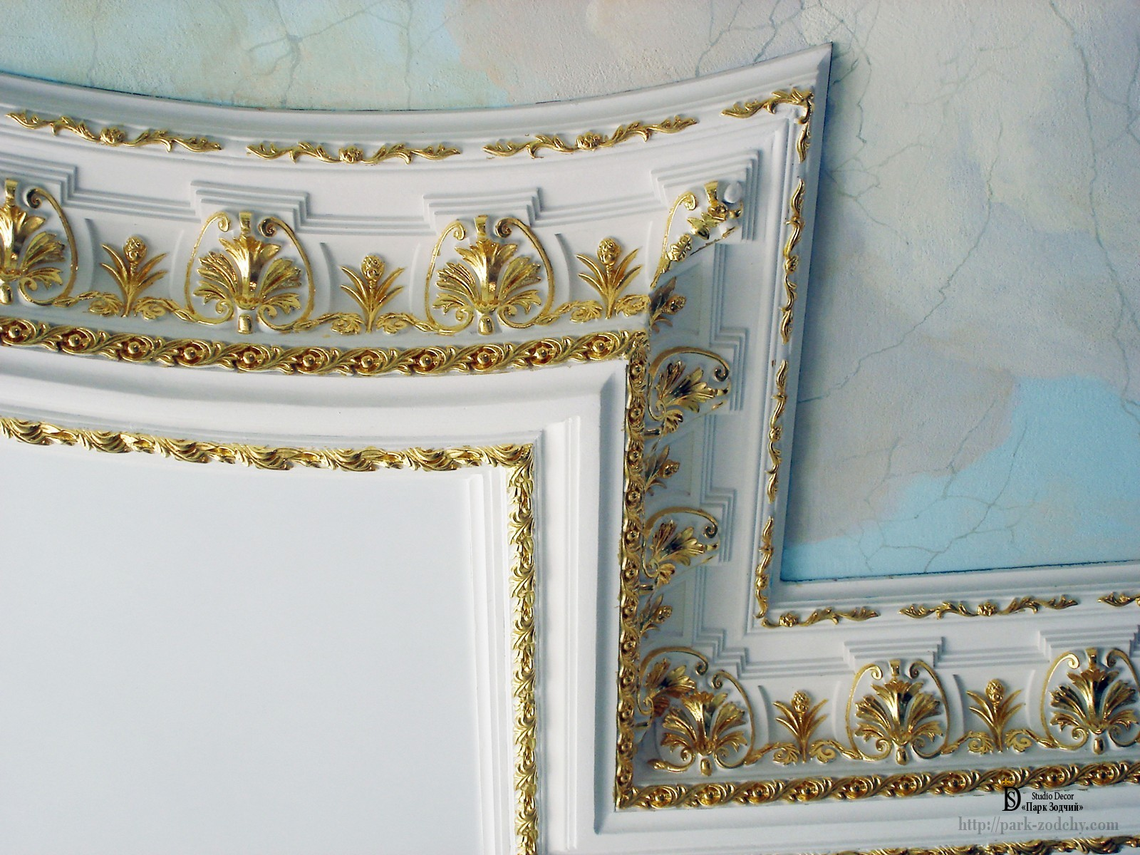 The selective gilding of the stucco cornice in the interior