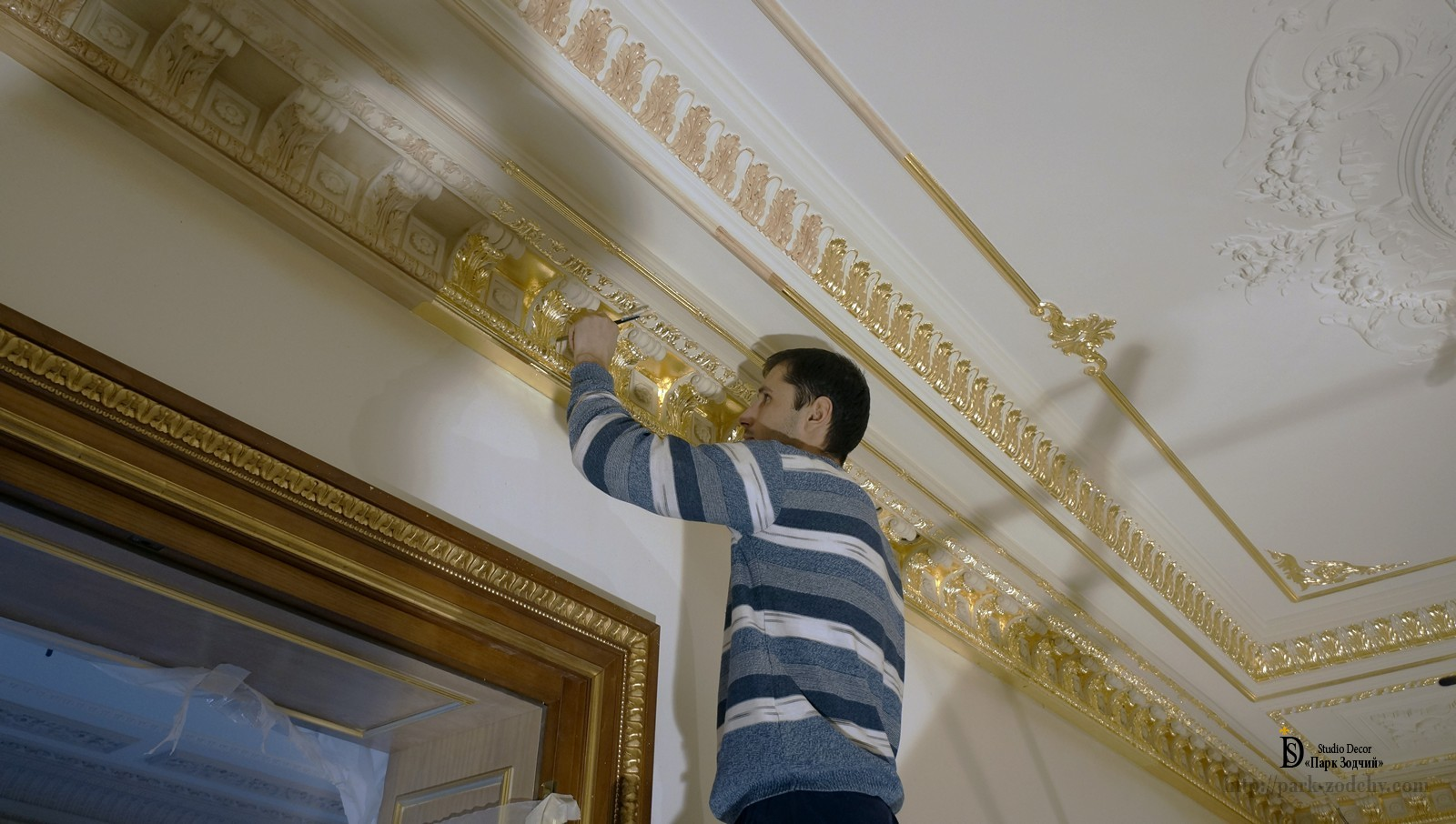 Gilding moduleno and cornice in the interior