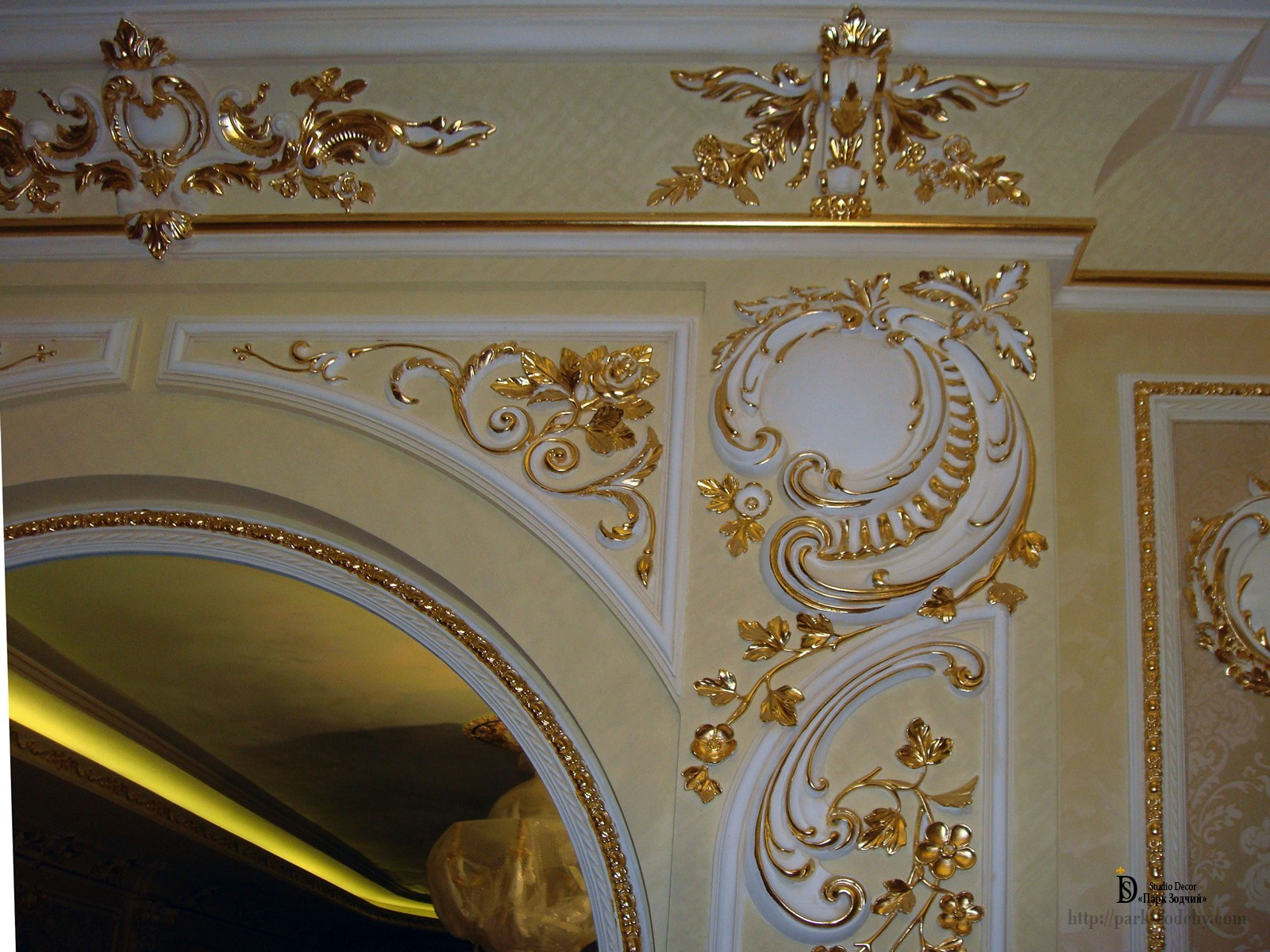 Gilt tinsel arched doorway