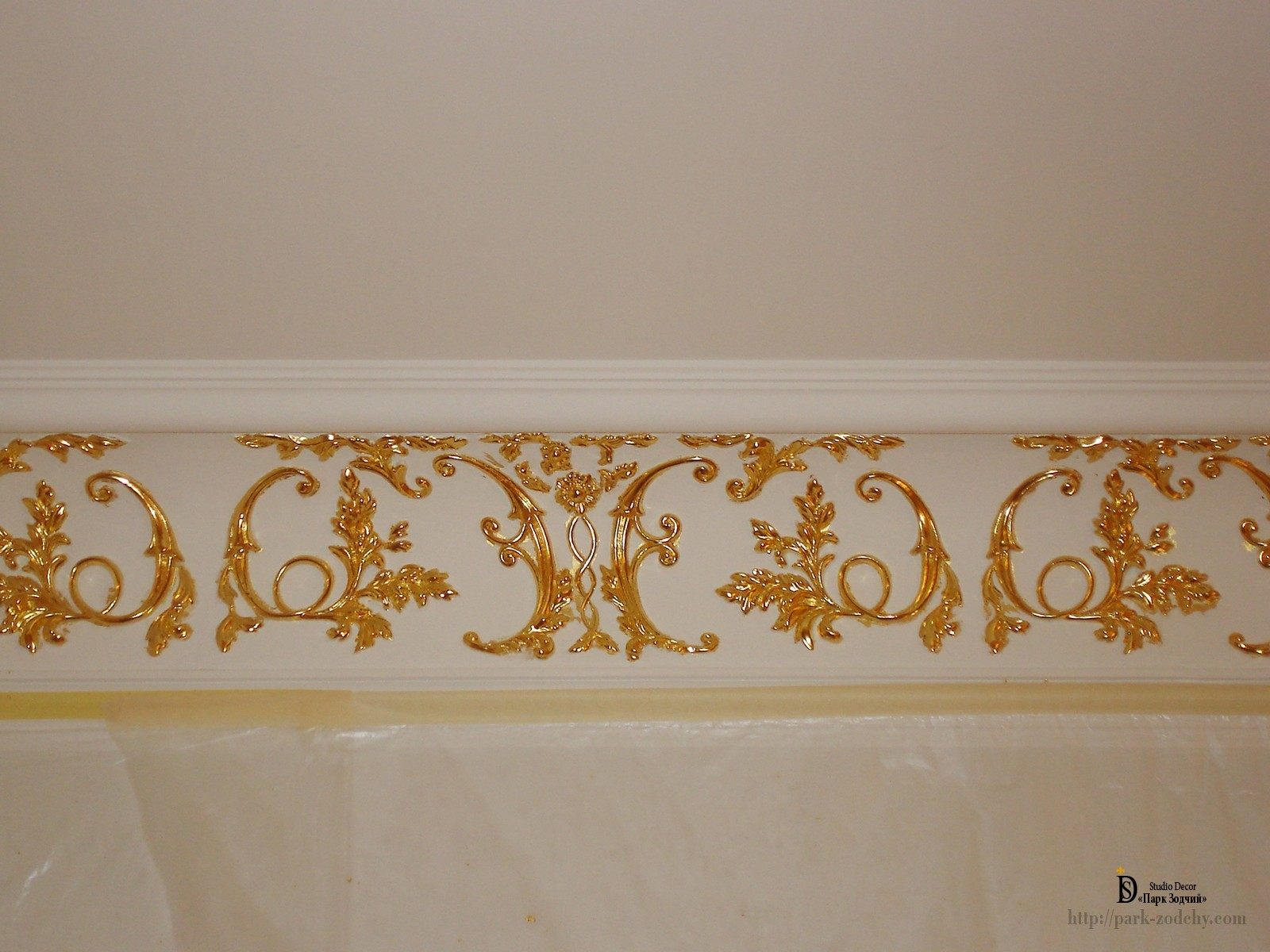 The item of plaster moldings with gold leaf gilding