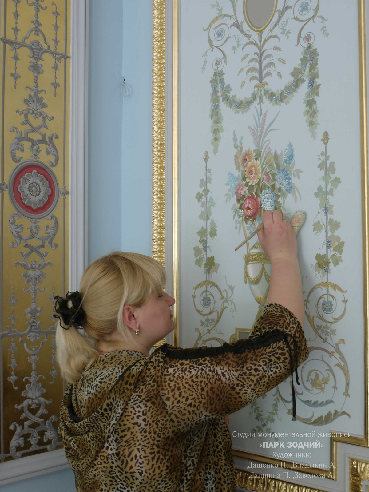 The artist executes the painting of the walls in polychrome