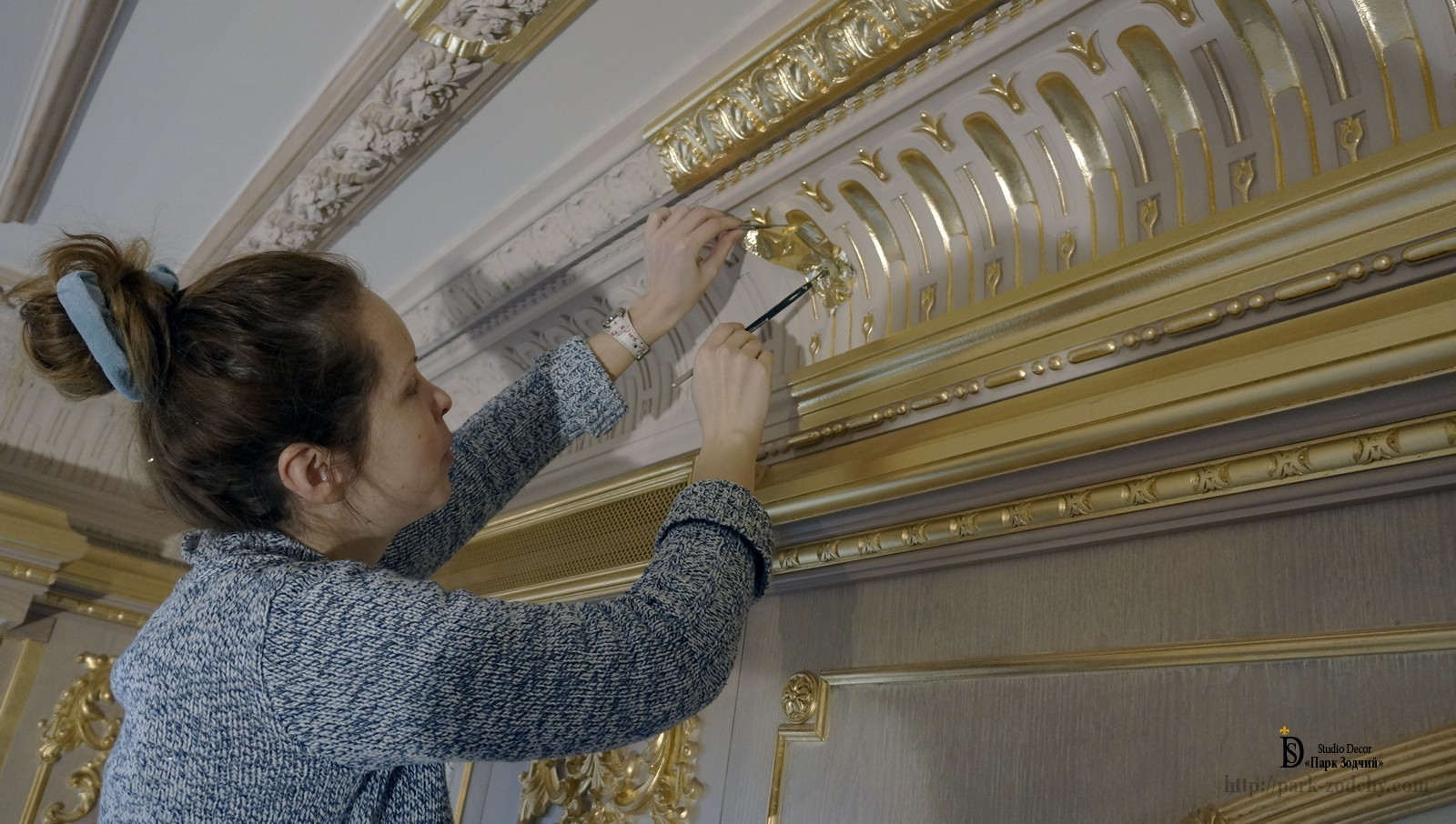 The gilding of the cornice with spoons
