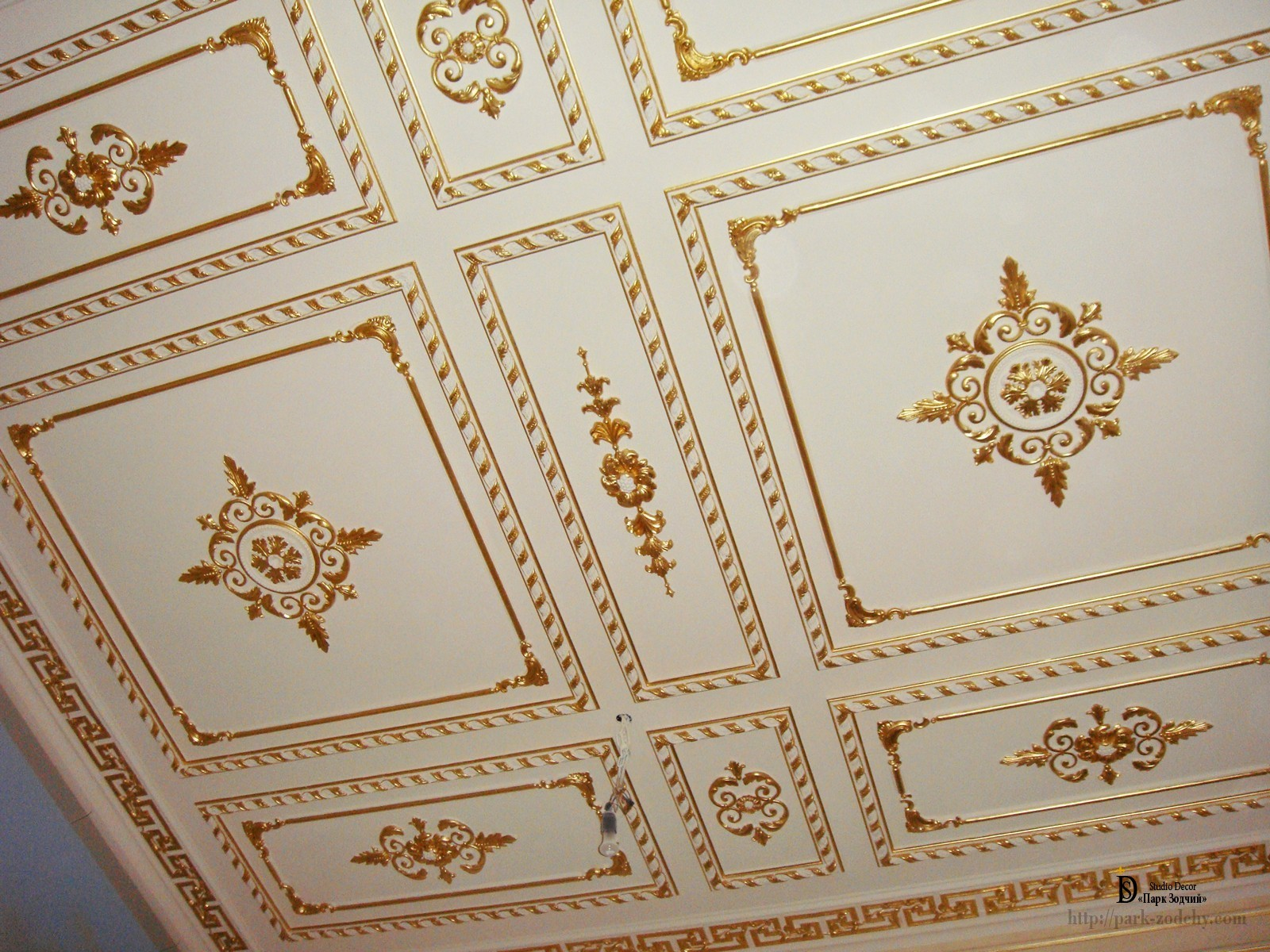 The gilding of the stucco with a low profile pattern