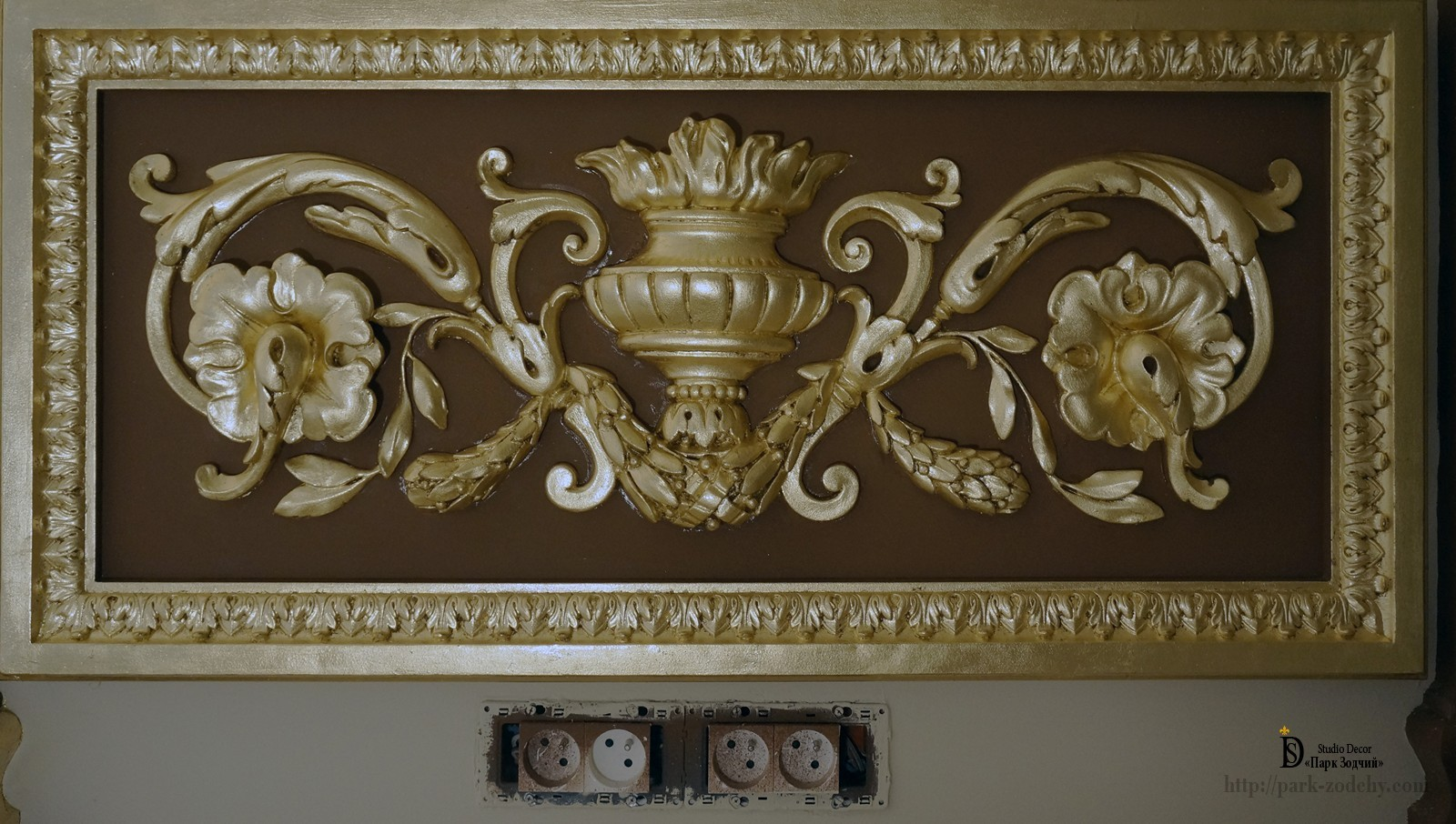 Gilding with gold leaf plaster moldings in the interior