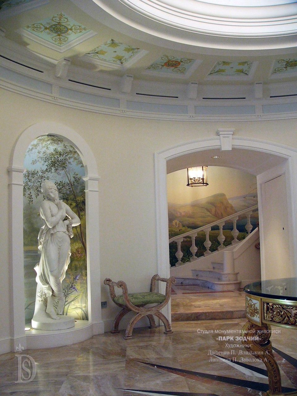 The elegant entrance hall with columns