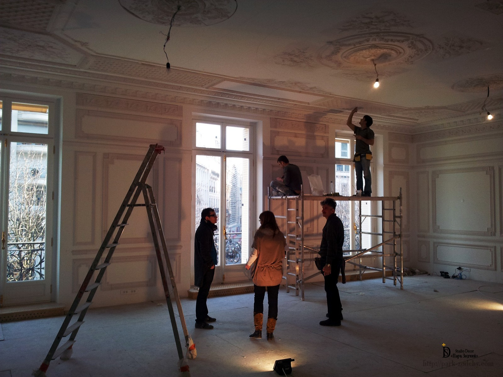 installation of the stucco decoration in the apartment