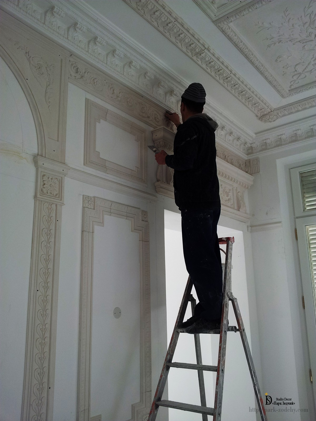 installation of the stucco decoration on the wall