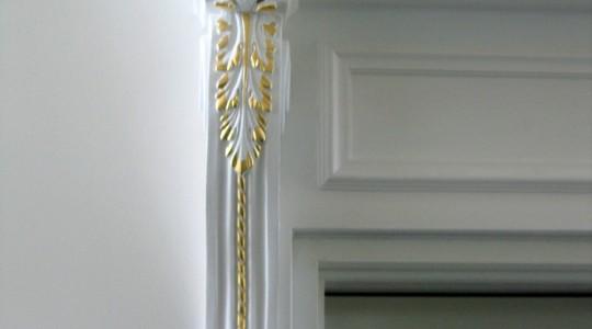 отделка дверного пройома лепниной