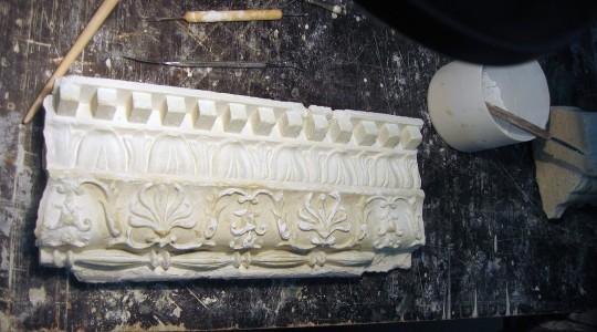 карниз из лепнины перед реставрацией